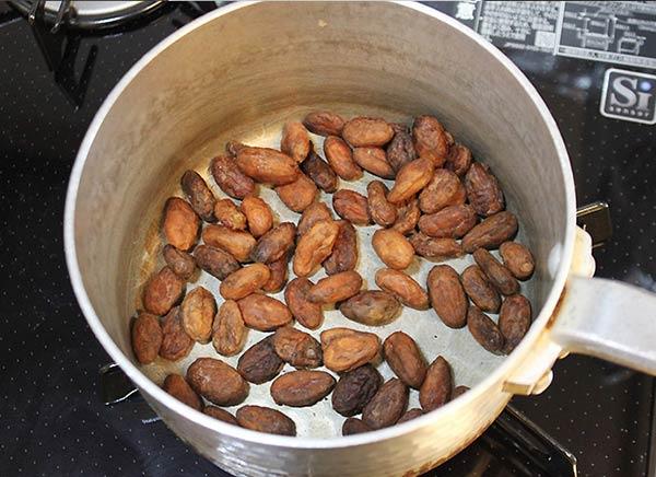 カカオ豆をフライパンに入れる