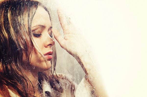雨の中、泣き崩れる女性
