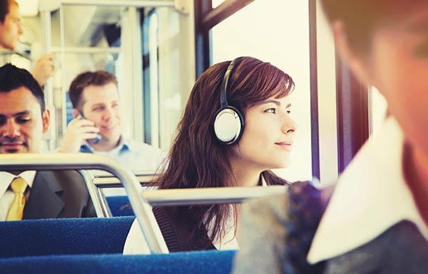 通勤バスの中音楽を聴く女性