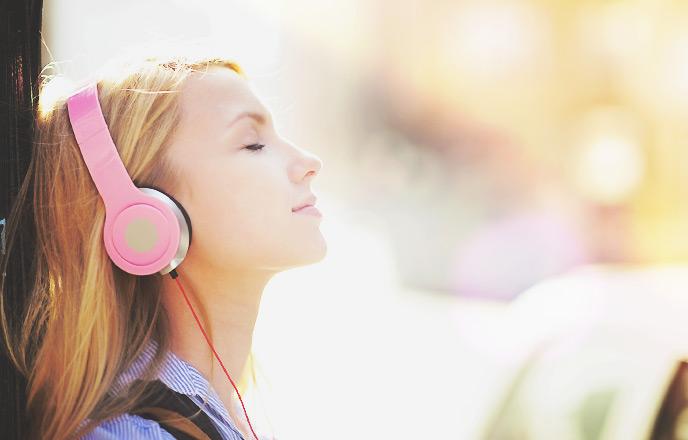 音楽を聴き心を強く持つ女性
