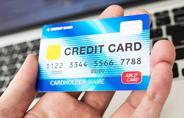 クレジットカードを手に取る男