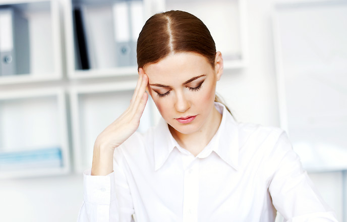 仕事中に悩む女性
