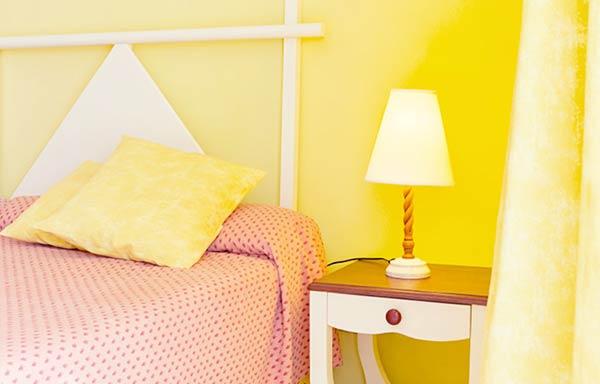 黄色いベッド