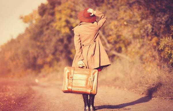 一人旅立つ女性