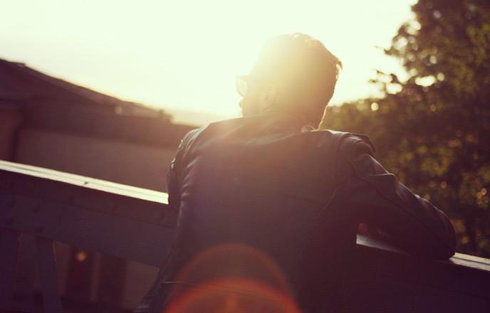 夕日に黄昏る男性