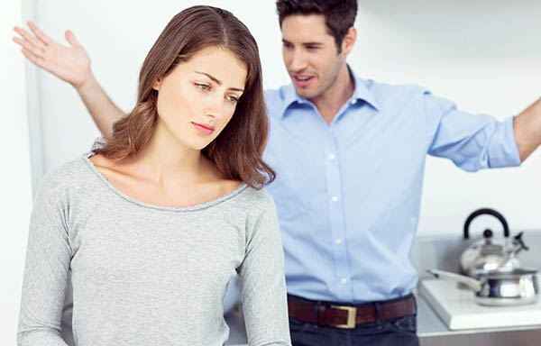 夫に怒られる女性