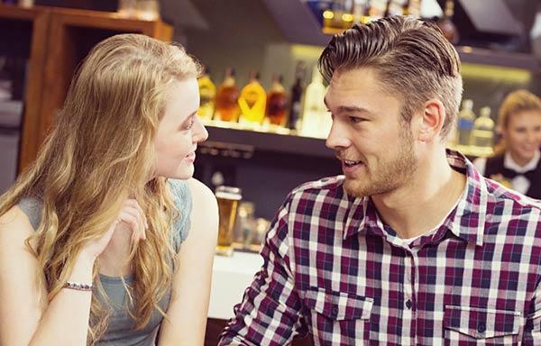 バーで会話するカップル