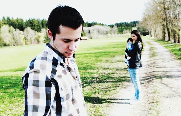 妻と子供から別れを切り出す男