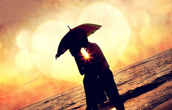 雨上がりの砂浜で抱き合う恋人たち