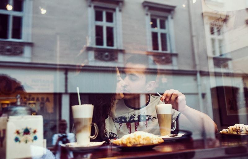 カフェでキスをする恋人