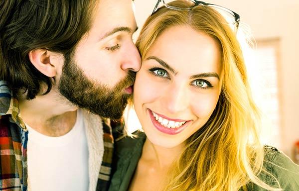 社内恋愛をする男と女
