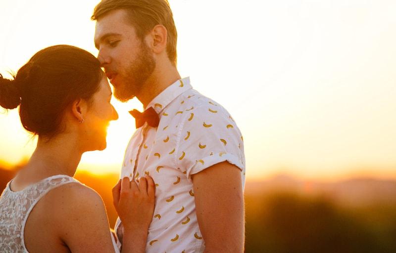 キスをする男と女