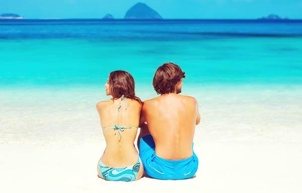 海でケンカするカップル
