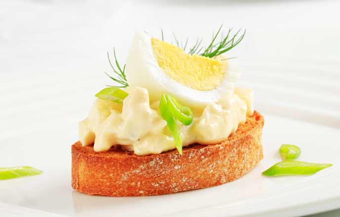 卵サラダを載せたパン