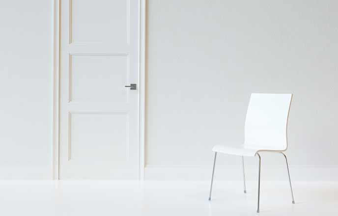 椅子とドアのある部屋