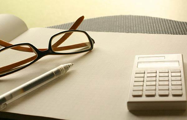 机の上の眼鏡と電卓