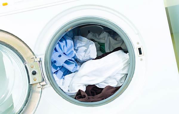 洗濯物をつめこんだ洗濯機