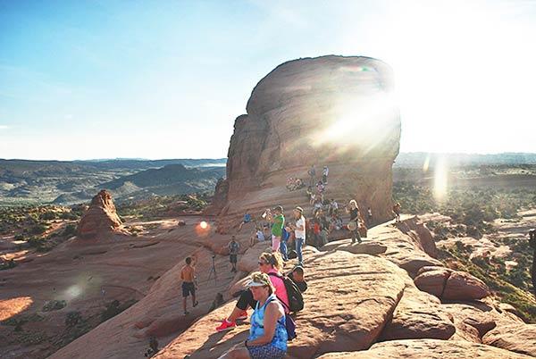 観光客でにぎわう砂漠の真ん中