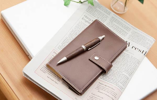 手帳とボールペン