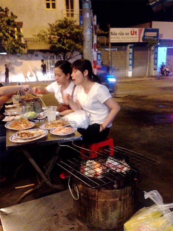 焼き肉店「Xiên  Nướng Đồng Giá Panda」の風景