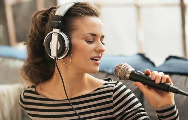歌ってストレス発散する女性