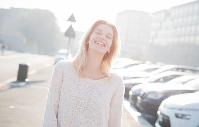 愛嬌のある笑顔の女性