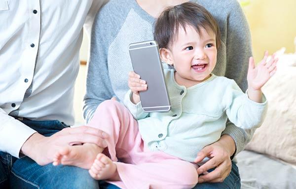 スマホの画面を見て喜ぶ赤ちゃん