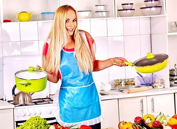 キッチンで台所をする女性