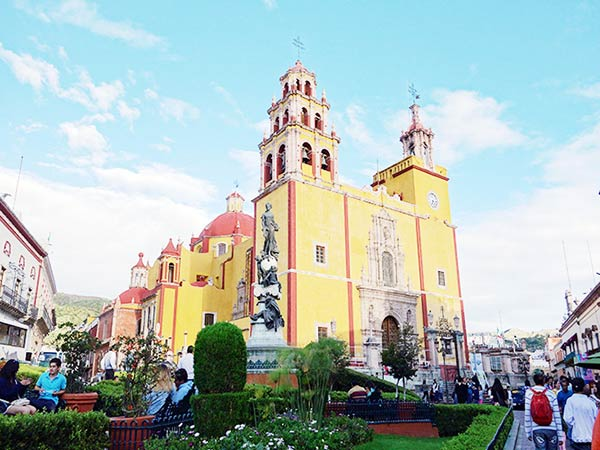黄色がトレードマークの「バシリカ教会」