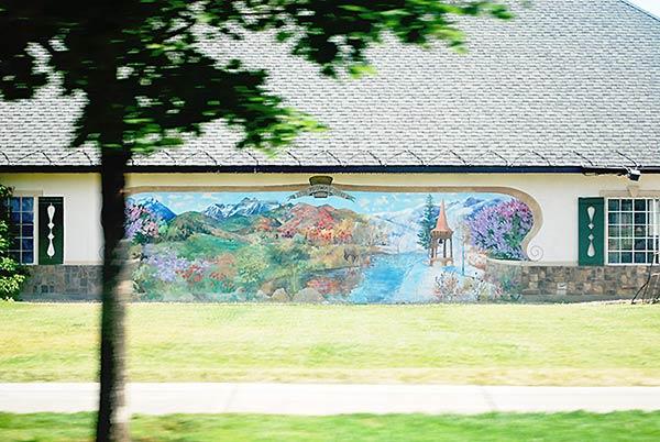 美しい湖の風景が美しい壁画です