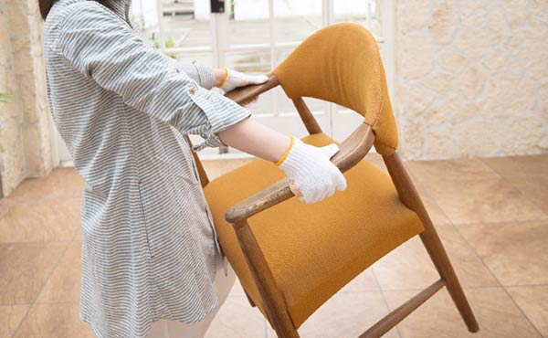 椅子を運ぶ