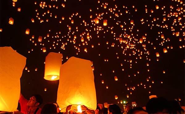 タイのコムローイ祭で空に描かれる夢のような絶景に感動!