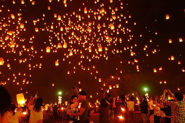 タイチェンマイの夜空がコムローイ祭りで幻想的な美しさを描いています。