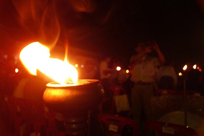 キャンドルに火を灯します