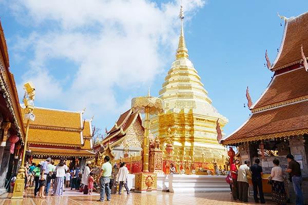 黄金の仏塔が眩しく輝くドイステープ