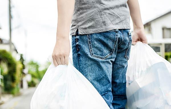 ゴミ捨てをする人