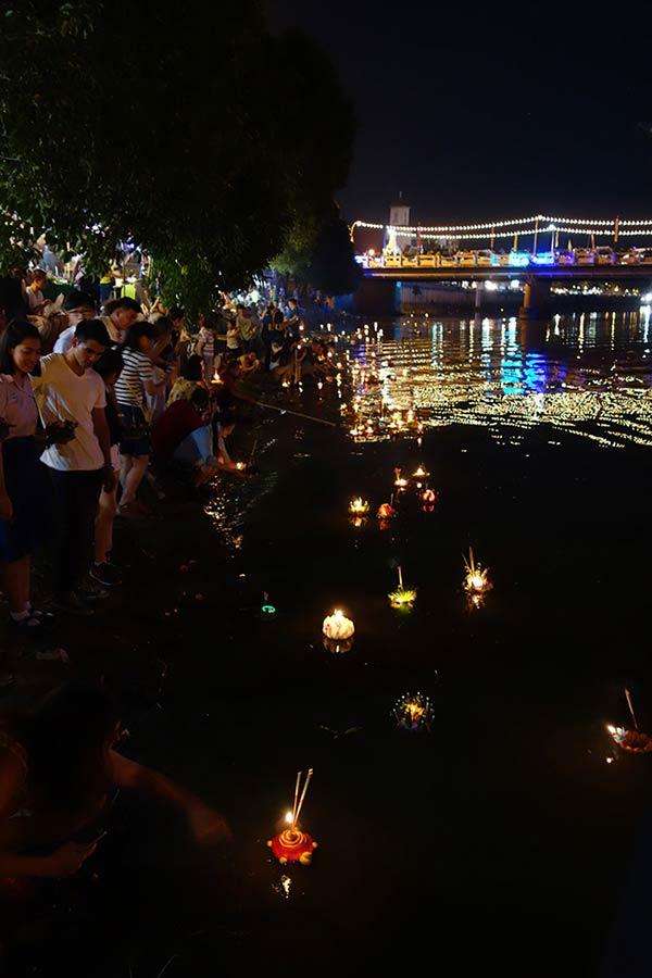 川に灯篭を流す祭り「ロイクラトン」