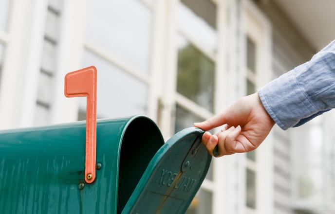 郵便受けから手紙を取る人