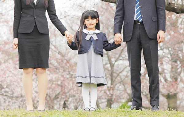 入学式を迎える小学生