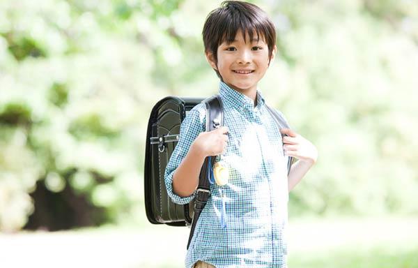 元気な小学生の男の子