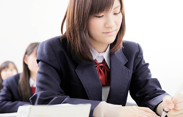 入学試験を受ける女子学生