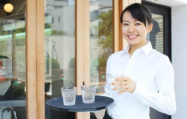 カフェでアルバイトする女子大生