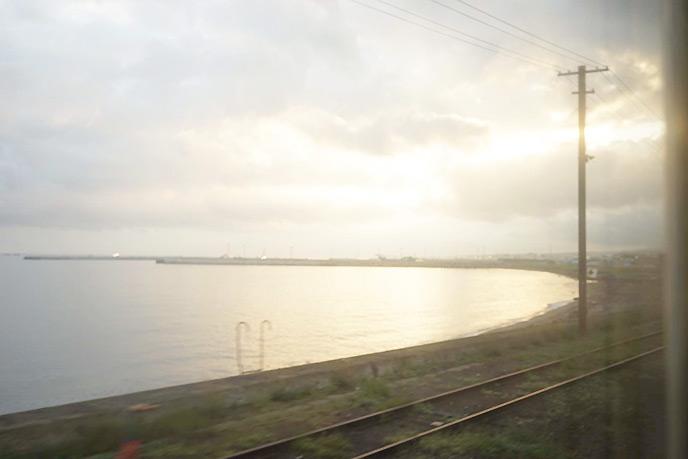 朝日を反射する海が美しい