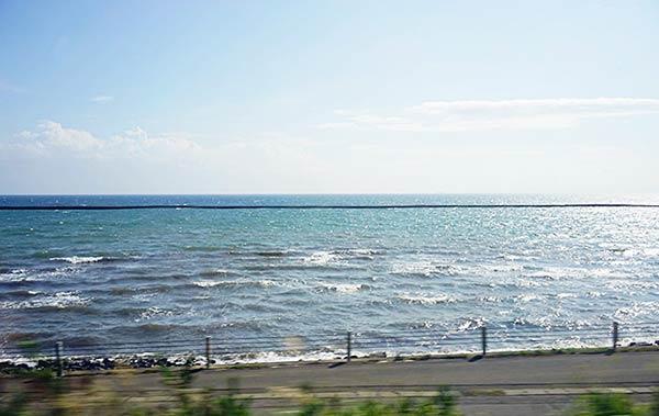 車窓から見える大海原