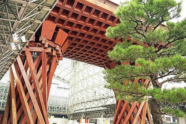 木で組まれた金沢駅前