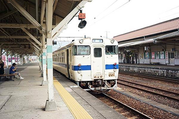 白地に青のストライプの電車