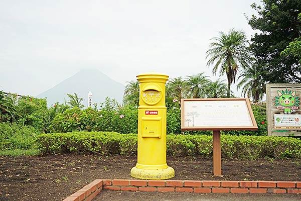 黄色い昔風の郵便ポスト