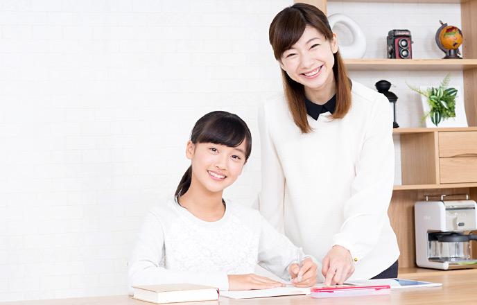 家庭教師をしている女性