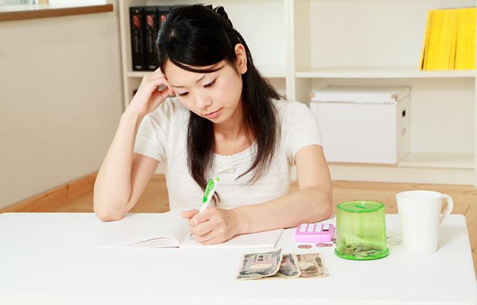 生活費の計算をする女性