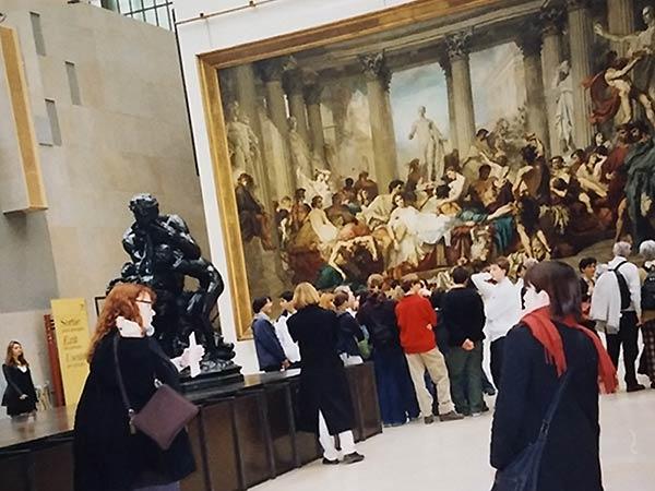 大きな絵画を見ています